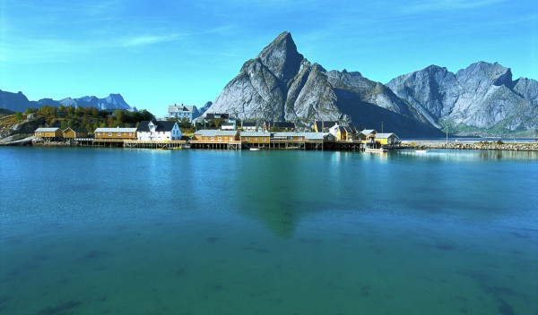 Helicopter tour and sightseeing over Lofoten Reine